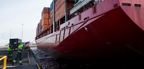 Alus kiinnitetään satamaan