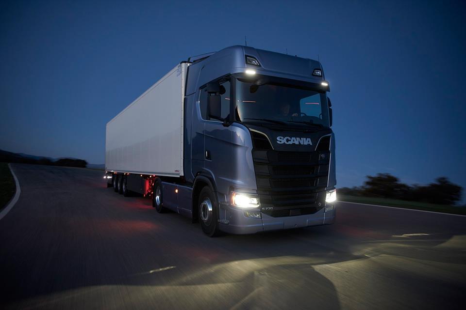 Scania S -kuorma-auto ja puoliperävaunu